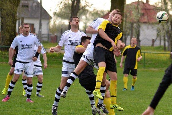 Vybičované derby medzi Lastomírom aMočaranmi. Zápas kvôli vylúčeniu nedohrali dvaja hráči, domáci sa tešili zvýhry 3:1.