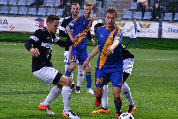 Michalovce si zRužomberka odviezli bod, mohli aj tri. Najväčšie šance na Liptove mali Filip Serečin (s číslom 89) aMichal Hamuľak (21).