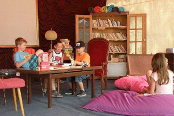 V letnej čitárni je aj miesto pre deti.