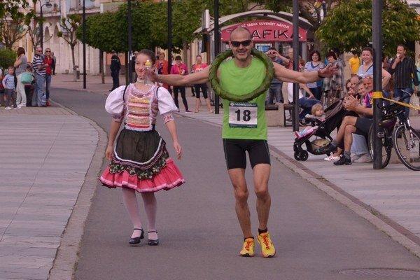 Víťaz Podvihorlatského maratónu. Tomáš Kopčík práve dobieha do cieľa.