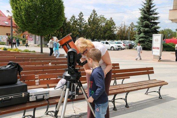 Astronomické pozorovanie na námestí. Okrem okoloidúcich sa zapájali aj žiaci základných škôl.