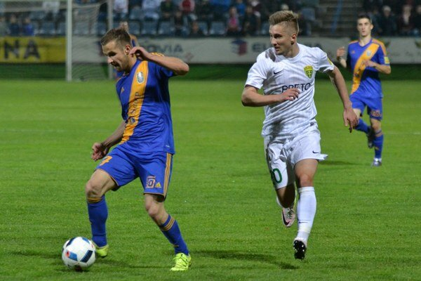 """Michalovčania zdolali Žilinu audržali sa medzi elitou. Na výhre so """"šošonmi"""" sa útočník Dominik Kunca (vľavo) podieľal dvoma gólmi."""