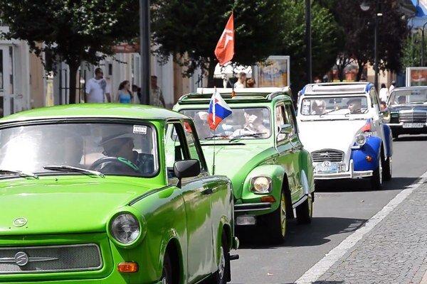 Spanilá jazda. Majitelia historických vozidiel sa zastavili v Michalovciach, na Zemplínskej šírave, na Morskom oku a v obci Vinné.
