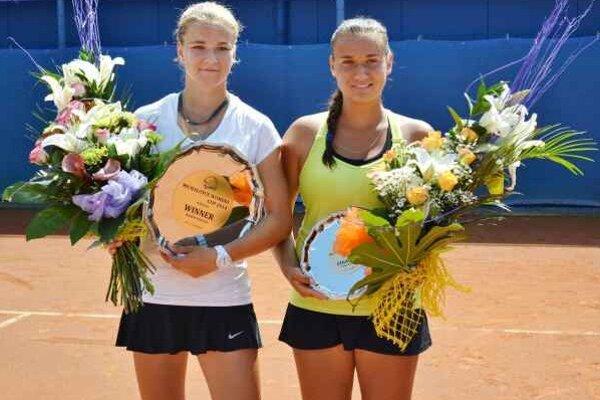 Finalistky ženského turnaja Michalovce Cup 2014. Víťazka Karolína Muchová (vľavo) a porazená Jana Jablonovská.