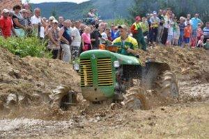 Traktory ukázali, čo dokážu v ťažkom teréne.