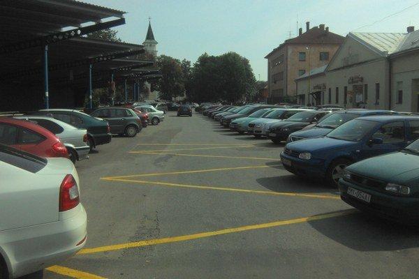 Dočasné parkovisko. Takto bolo zaplnené Kostolné námestie počas odpustovej slávnosti.