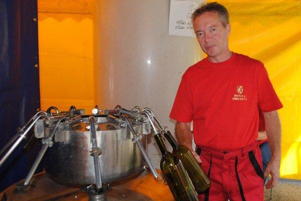 Burčiak išiel opäť na dračku. Počas troch dní sa vypilo v Sobranciach viac ako 4-tisíc litrov tohto nápoja. Na snímke pivničný majster Martin Bujdoš.