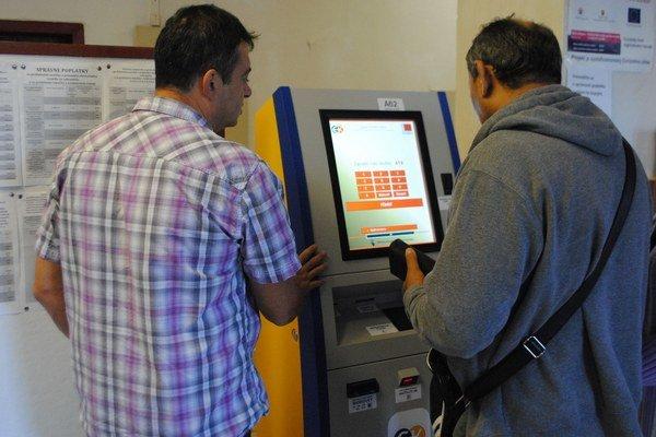 Problém s vydávaním. Ak automat nemá vydať peniaze, klient musí ísť na poštu, vypísať tlačivo a na vrátenie peňazí čakať aj niekoľko dní.