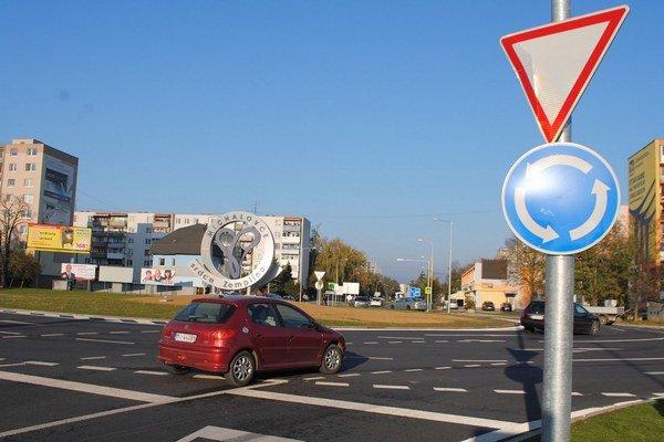 Najväčší kruhový objazd. Jeho vonkajší priemer je 64 metrov a vedú do neho 3 jazdné pruhy. Premávka na frekventovanom úseku je teraz bezpečnejšia a plynulejšia.