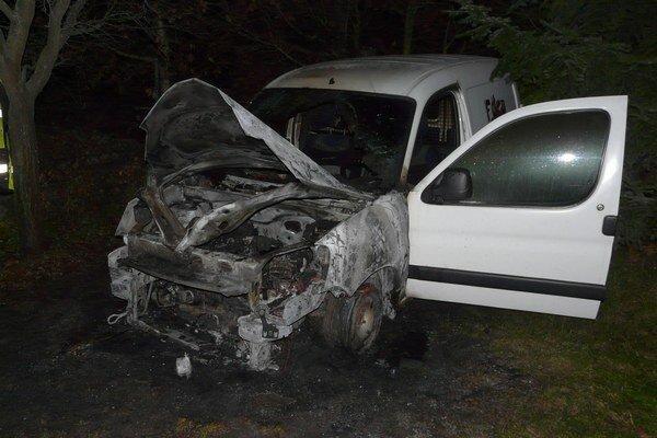 Zhorené auto. Neznámy páchateľ auto polial horľavinou a zapálil. Vozidlo prevádzkuje spoločnosť, ktorá sa zaoberá odvozom a likvidáciou komunálneho odpadu.