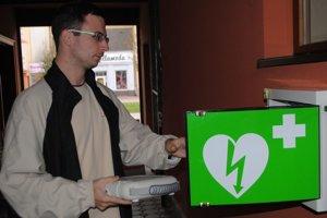 Automatický externý defibrilátor. Používa sa na poskytovanie prvej pomoci pri náhlom zastavení krvného obehu spojeného so zástavou dýchania. Je umiestnený v centre mesta na Námestí osloboditeľov.