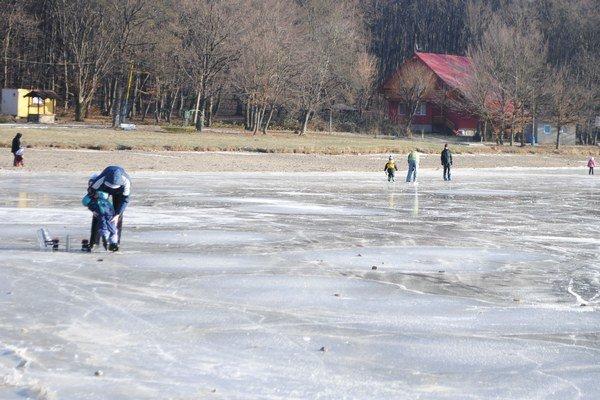 Vinianske jazero. Vodná plocha zamrzla medzi prvými v regióne Zemplín. Už niekoľko dní je tu nával korčuliarov.