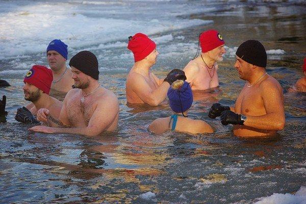 Otužilci. V ľadovom Laborci si na Troch kráľov zaplávalo 30 otužilcov.  Teplota vzduchu bola -6 stupňov Celzia a vody 0 stupňov.
