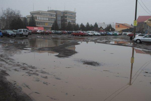 Parkovisko v centre Michaloviec. Mesto ho predalo v roku 2011 súkromnej firme za 705-tisíc eur. Investor tu plánuje postaviť obchodné centrum.