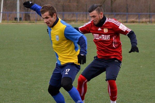 Výborný futbal, zaslúžená remíza. Domáci Kunca (vľavo) v súboji s Pačindom.