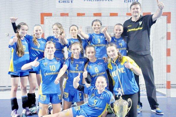 Družstvo Iuventy Michalovce A. Pod vedením trénera Matúša Chripáka triumfovalo v kategórii starších žiačok.