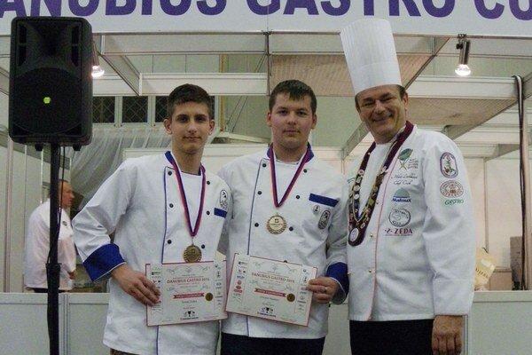 Bronzoví kuchári. Študenti Tomáš Duška (prvý zľava) a Vincent Hankóci bodovali v celoslovenskej súťaži s názvom Poézia v gastronómii.