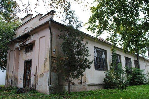 Evanjelický kostol. Chátra už desať rokov. Cirkev ho plánuje zrekonštruovať a prevádzkovať v ňom denný stacionár pre seniorov.