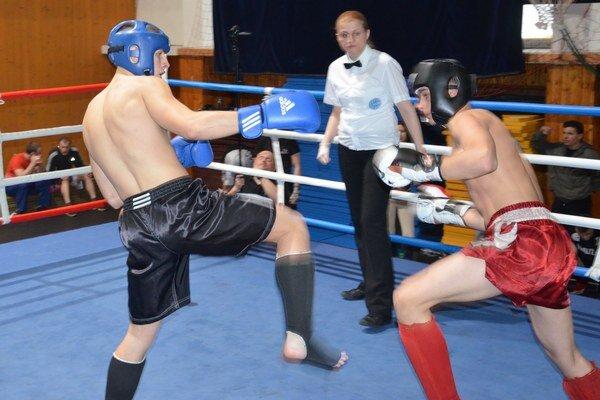Michalovský kickboxer Michal Stričík (vľavo). V Banskej Bystrici sa mu darilo, vo svojej kategórii vybojoval zlatú medailu.