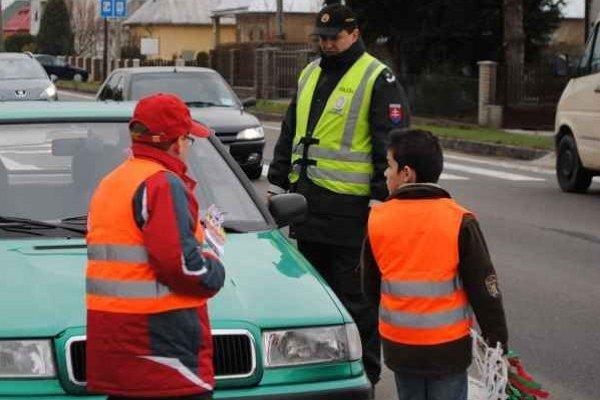 """Namiesto pokút korbáče. Počas dopravno-preventívnej akcie s názvom """"Veľkonočný zajko v Košickom kraji"""" boli policajti k previnilcom na cestách miernejší ako obvykle."""