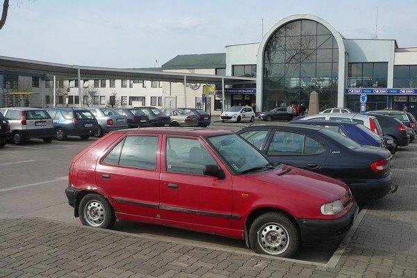 Problémy s parkovaním. Pred železničnou a autobusovou stanicou v Michalovciach je problém zaparkovať. Vodiči majú k dispozícii len 20 parkovacích miest.