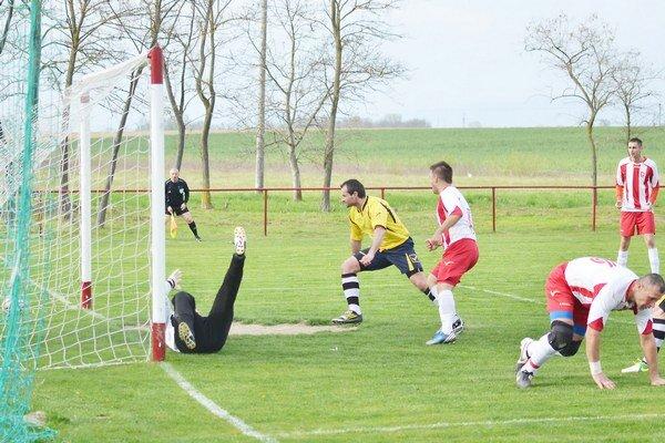 Prvý gól Čičaroviec. Postaral sa oň útočník Otto Dobos (v páde).