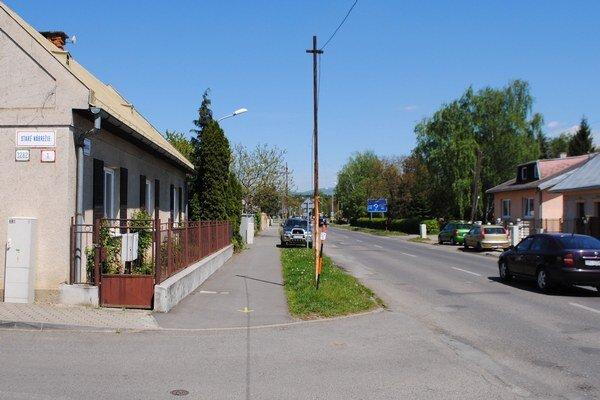 Výjazd z ulice. Obyvatelia Ulice Staré nábrežie v Michalovciach majú problém dostať sa autami na hlavnú cestu. Zaparkované autá na Partizánskej ulici im často bránia vo výhľade.