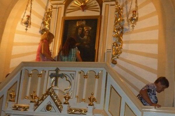 Ikona Presvätej Bohorodičky. Podľa historických záznamov a výpovedí ľudí pravá ikona v roku 1670 slzila, keď ju prebodávali nožom. V Klokočove sa nachádza jej kópia.