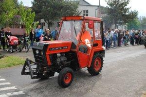 Ukradnutý traktor. Dôchodca s ním ešte absolvoval spanilú jazdu. Teraz po traktore pátra polícia.