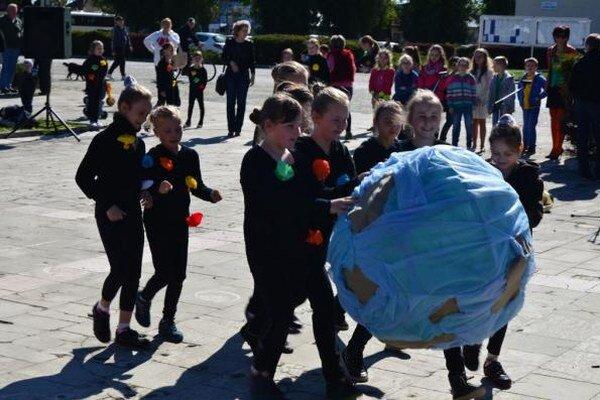 Program o modrej planéte. Súčasťou programu boli aj tematický ladené tance, piesne a básne s vlastnými textami.