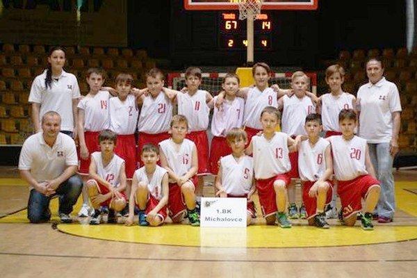 Mladší mini žiaci michalovského 1. BK. Na majstrovstvách Slovenska vo svojej kategórii obsadili šiestu priečku.