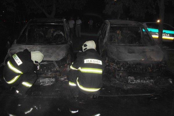 V Michalovciach opäť horelo. Podpaľač v noci polial horľavinou a potom zapálil dva taxíky, ktoré parkovali na Okružnej ulici.