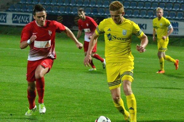 Očakáva dôrazný zápas. Jakub Grič (s loptou) uniká protihráčovi.