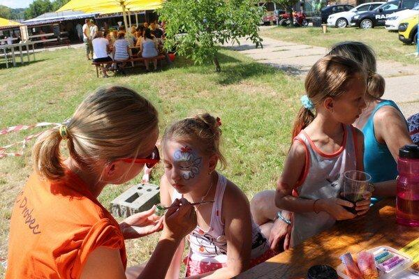 Maľovanie na tvár. Pre deti boli pripravené zaujímavé akcie na brehoch Šíravy.