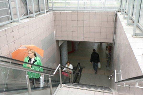 Eskalátory sú v pochode hojne využívané.