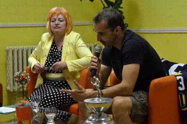 Peter Bartoš v knižnici. Michalovským žiakom ukázal aj majstrovský pohár.
