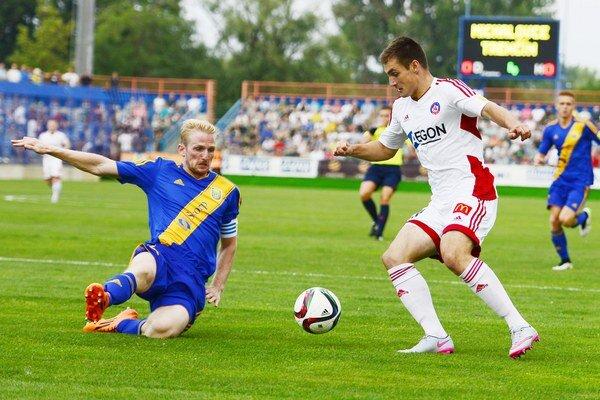 Nováčik v súboji so šampiónom bojoval ako lev. Domáci kapitán Michal Gallo (vľavo) sa vkĺzačkou snaží zastaviť Matúša Bera.
