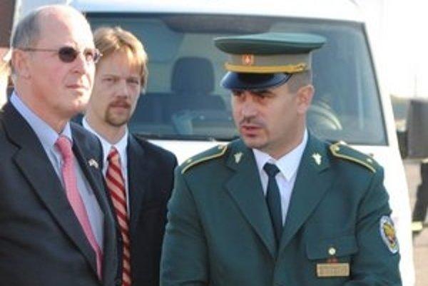 Odvolaný riaditeľ. Milan Kačurik (vpravo) už nie je riaditeľom Colného úradu Michalovce. Na snímke s americkým veľvyslancom Theodorom Sedgwickom.