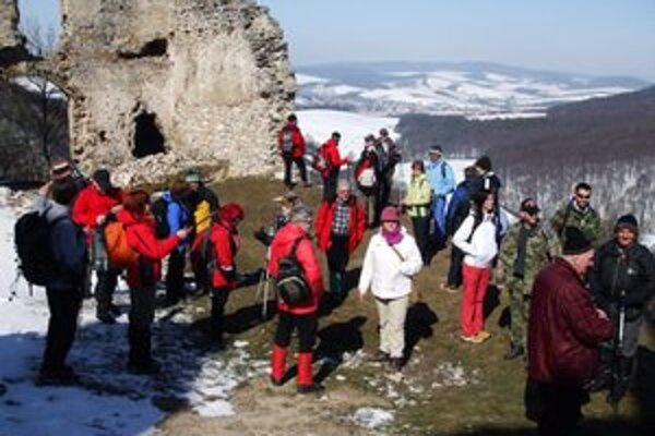 Michalovskí turisti. Počas prvých jarných kilometroch zavítali aj na Brekovský hrad.