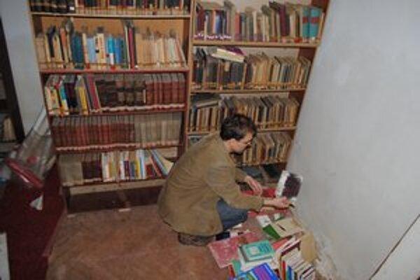 Suterén múzea. Vyše 10-tisíc kníh a odborných časopisov premiestnia do galérie.