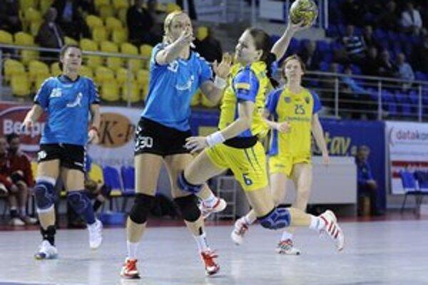 Michalovčanky v semifinále triumfovali hladko 3:0 na zápasy. Po dvoch vysokých domácich víťazstvách uspeli aj vonku, kde Senec porazili 35:26.