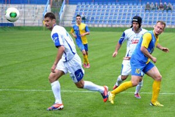 Skóroval z jedenástky. Gól Vladimíra Janočka (vpravo) však na body nestačil.
