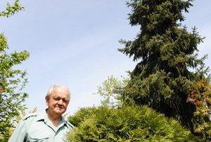 Záhrada. Ladislav Maxim vo svojom parčíku. V pozadí sa do vyše šesťmetrovej výšky týči smrek Pančičov.