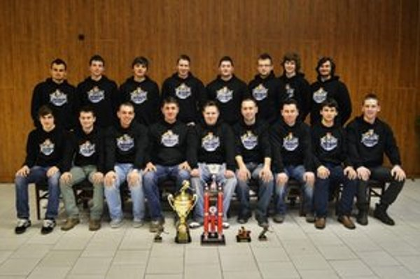 Víťazný celok premiérového ročníka ZAHL. Mužstvo HC Parchovany s víťaznými trofejami.