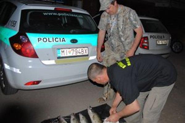 Rybárska stráž. Posledného pytliaka, ktorý ulovil 6 zubáčov, chytili pri čine minulý týždeň.