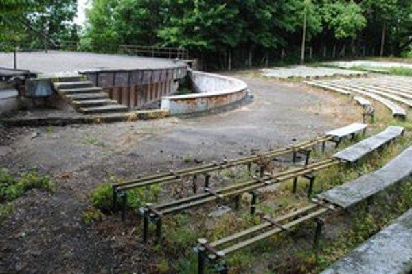 Amfiteáter chátra už desať rokov. Nájomca ho plánuje sprevádzkovať až o rok.