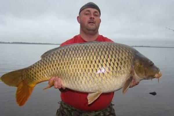 Megaúlovok. Michalovčan Michal Kalkahuz ulovil na Šírave kapra, ktorý vážil vyše 17,3 kilogramu a meral 96 centimetrov.
