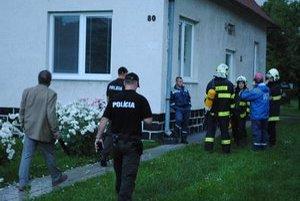 Bezvládne telo dôchodcu našli policajti a hasiči na povale rodinného domu. 87-ročný Andrej zomrel po zásahu elektrickým prúdom.