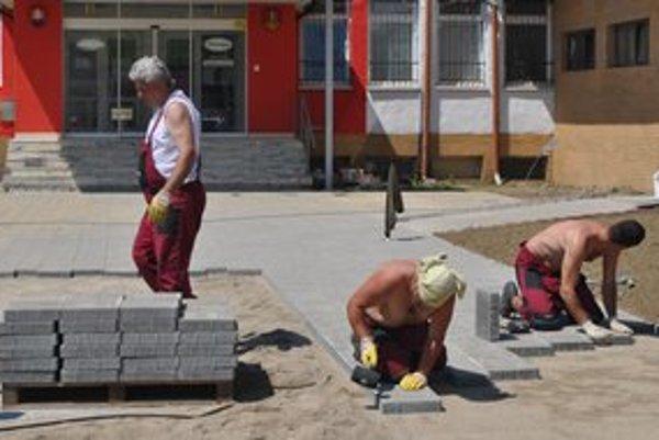 Práca v horúčavách. O robote na priamom slnku vedia svoje hlavne stavbári.