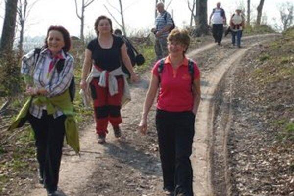 Turisti tentoraz kráčali cez les od rekreačného strediska Kamenec na Zemplínskej šírave k Vinianskemu jazeru.